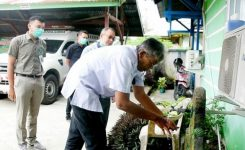 Aksi Cuci Tangan Oleh Bupati Sintang,Jarot Winarno Saat Kunjungi Puskesmas Tanjung Puri