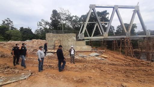 Wakil Bupati Sintang Tinjau Proyek Pembangunan di  Perbatasan